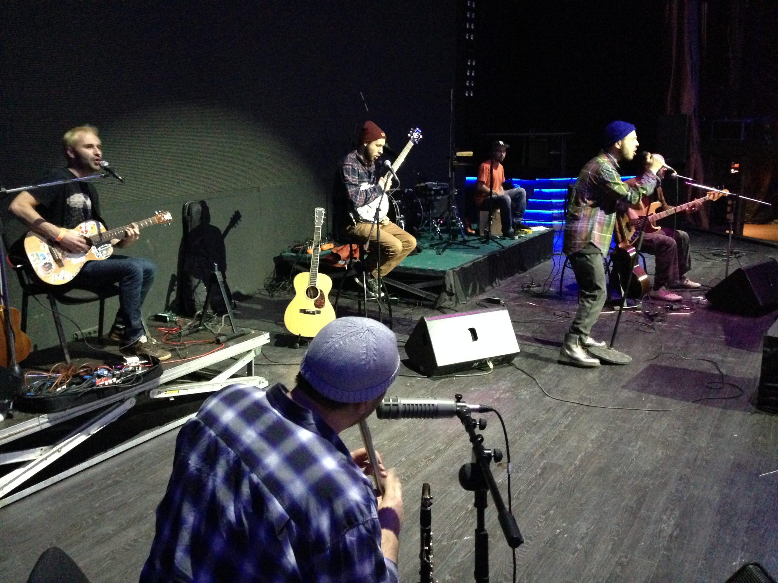 Выполнение райдера группы Sunsay на концерте в Известия Hall
